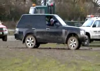 Беспомощный Range Rover на легком внедорожье