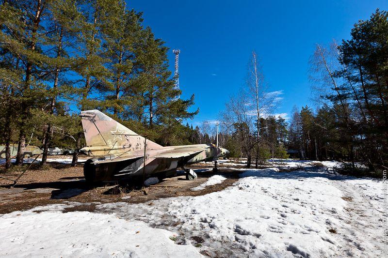 """2. На ней мы наткнулись на два самолета (Миг-23), рядом с которыми расставлены """"грибки"""" громоотводов."""