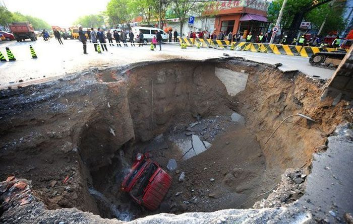 Китайская дорога проглотила грузовик (6 фото)