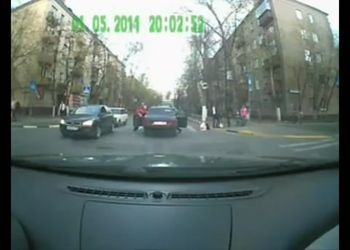 Пешеходы пытались навалять водиле