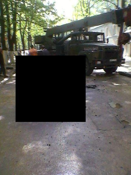 Машина ушла под землю (12 фото)