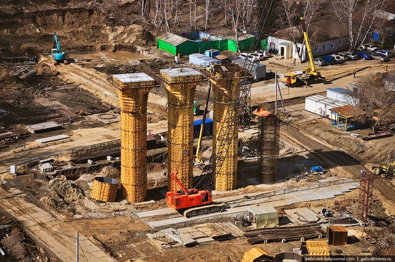 С помощью крана Hitachi Мостоотряд-38 ведёт сооружение опоры №3.
