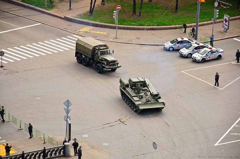 В этом году зрители смогли оценить, как смотрится на параде новая полевая форма российской армии, которую называют «Цифра» или «Пиксель». Кроме того, военнослужащие показали и новые головные уборы – береты. Их расцветка соответствует виду или роду Вооруженных сил. Военнослужащие Военно-воздушных сил промаршировали по площади в синих беретах, Военно-морского флота – в черных, Сухопутных войск – в зеленых. Воздушно-десантные войска остались в голубых беретах.
