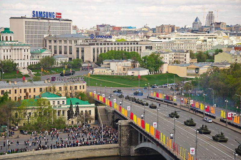 Следует отметить, что до нынешнего года участники Парада Победы маршировали не в полевой, а в парадной форме.