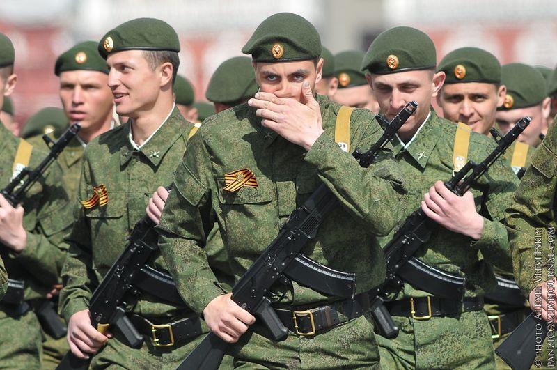 Выступая перед участниками парада, президент России Дмитрий Медведев заявил, что россияне продолжают по-особому относиться к событиям Великой Отечественной войны.