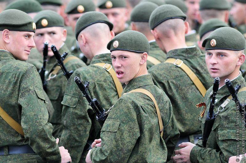 «Сегодня Россия твердо отстаивает принципы мирного сотрудничества, последовательно выступает за неделимую систему безопасности, вносит свой вклад в общие усилия по поддержанию глобальной стабильности в мире. Наши Вооруженные силы эффективно участвуют в миротворческих миссиях», – сообщил президент РФ, заверив, что развитие Вооруженных сил России будет оставаться в центре внимания руководства страны.