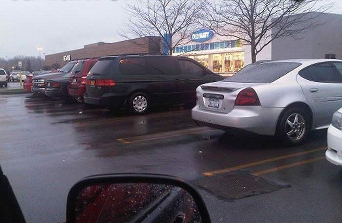 Свободное место для парковки? А вот и нет! (2 фото)