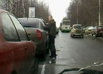 Пьяный парень пытается попасть в машину