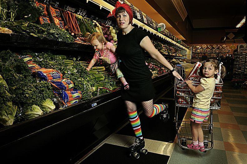 3. 22 мая 2008 года. – Спокан, штат Вашингтон, США. – Брук Шланге, также известная как Lulu Lunatic Occupation, мать двоих детей, в супермаркете.