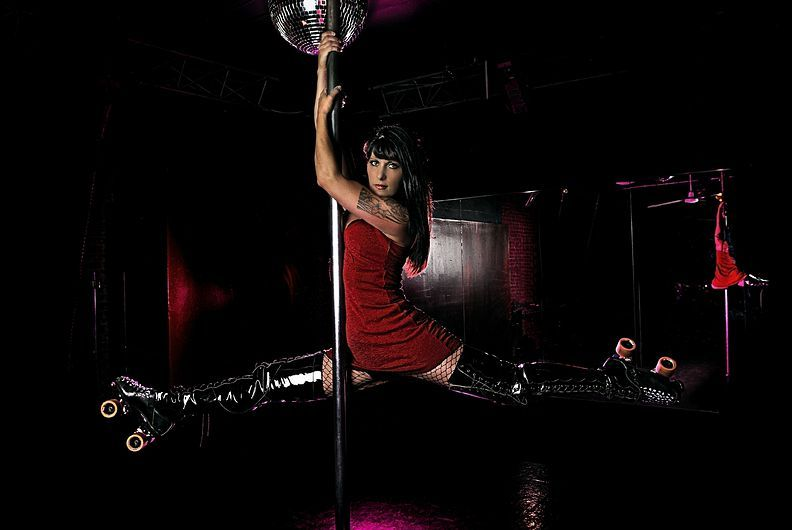 """5. 23 июля 2008 года. – Спокан, штат Вашингтон, США. – Стейси Эллис, также известная как El Gato, Pole Dance Junkie. Эллис основала лигу The Lilac City Roller Girls в 2006 году. """"Это было что-то новое», рассказывает тридцатисемилетняя Эллис."""