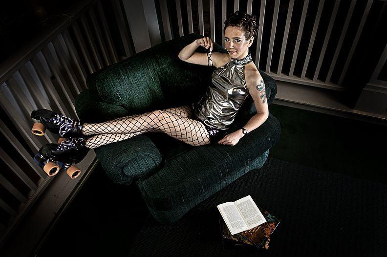 12. 19 мая 2009 года. – Спокан, штат Вашингтон, США. – Карен Джеймс, также известная как Sally Smuthers, работает библиотекарем.
