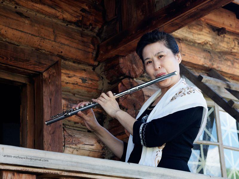 Китайская женщина играющая на флейте.