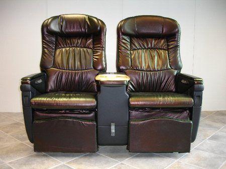"""8. В 1977 году авиакомпания Braniff Airlines провела рекламу кожаных кресел, которые они установили в салонах первого класса, используя слоган """"Fly in leather"""" (дословно – «Лети в коже»), который был переведен на испанский как «Vuela en cuero», что означает """"Лети голым"""". Будем надеяться, что они, по крайней мере, предоставят пассажирам полотенце, чтобы сидеть на нем!"""