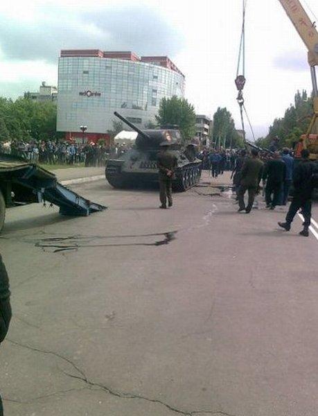 В Киргизии в День победы перевернулся танк (4 фото)