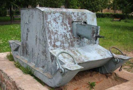 Передвижная бронированная пулеметная точка времен финской войны производства Ижорского завода. Никаких гусениц, двигателя и прочего. Просто кусок брони.