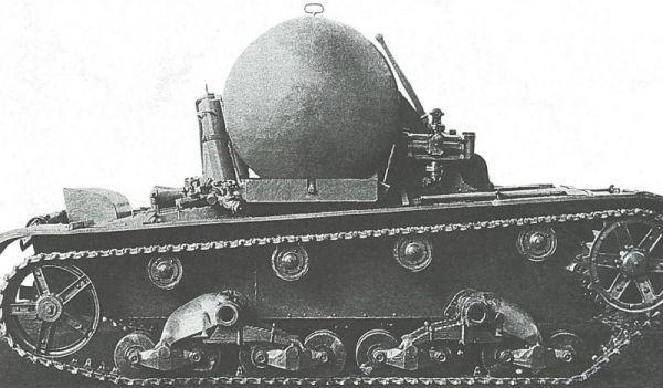 Танк-цистерна ТР-26Ц. Ленинград, 1936 год. Перед цистерной установлен ручной насос для перекачки топлива.За нею - два пенных огнетушителя.