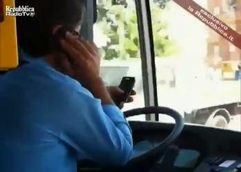 Итальянский водитель автобуса с 2-мя телефонами за рулем