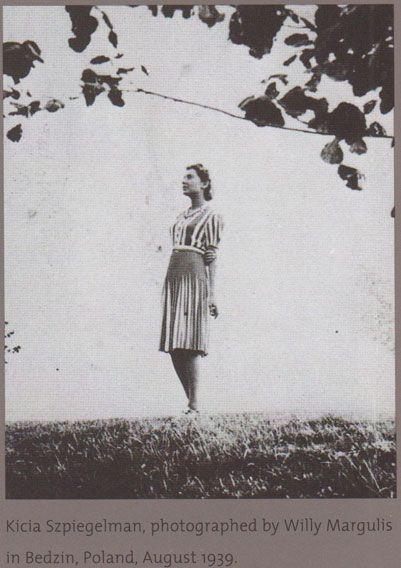 Девушку в плиссированном платье зовут Кыся Шпигельман, она переживет Освенцим и узнает себя на фото:
