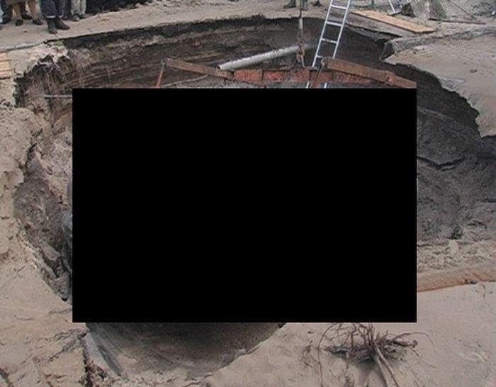 Mitsubishi Outlander  провалился под землю (9 фото)