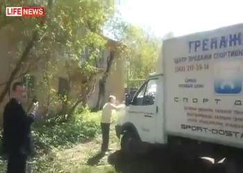 Бабулька бьет машину камнем