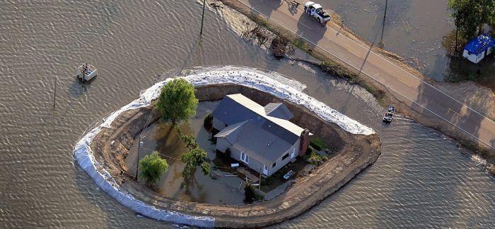 Уцелевшие дома после наводнения (7 фото)