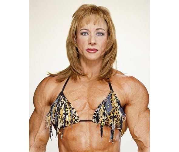 Бетти Парисо из США — одна из самых старых бодибилдерш в мире. Она начала заниматься после 30 лет, чтобы поддерживать тело в форме. Сейчас ей 54, для многих женщин она — пример для подражания. По словам Бетти, ей нравится заниматься видом спорта, который по силам немногим. Интересно, что увлечение бодибилдингом никак не сказались на личной жизни Бетти: муж все еще рядом, у них общий бизнес.