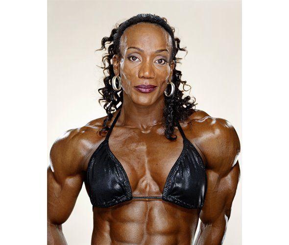 Ленда Мюррей из США — восьмикратная победительница соревнований «Мисс Олимпия».  «Когда я начала занятия культуризмом, я спрашивала себя: «Зачем я это делаю? Что хочу из себя сделать?», — рассказывает Ленда, — Я вовсе не хотела проверить, сколько мышечной массы я физически способна навешать на себя. Мне не нужна бесформенная груда мышц. Наоборот, я хотела превратить свое тело в то, что считала эталоном женской красоты...»