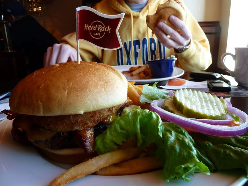 3. Когда вы первый раз приходите в американскую закусочную, не понимаете, почему гамбургер стоит 9 баксов. Ведь при слове гамбургер  вы вспоминаете такую тонкую ху%винку из резины в российском макдональдсе. Но когда вам его приносят, все становится на свои места.