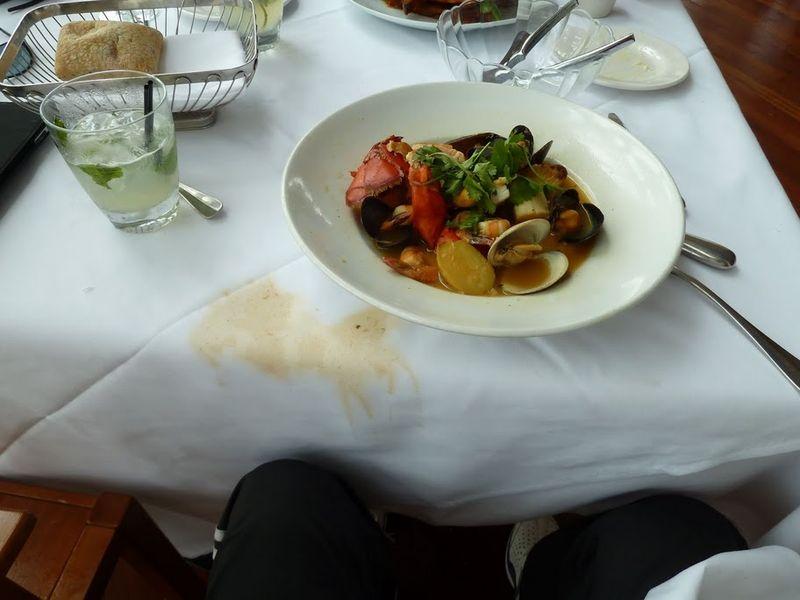 5. А вот огромная тарелка с супом из морепродуктов (лобстеры, мидии и прочая хрень) за 35 баксов, половину которой официант вылил мне на ноги. Хорошо, что я хожу в спортивных штанах (не жалко). Мохито 10 баксов.