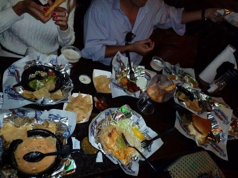 14. Есть еще одна интересная особенность некоторых американских ресторанов – happy hour. Это время, када можно заказывать блюда по 1,5 бакса. Обычно, када мы попадали на такое, мы заказывали столько блюд, сколько не помещалось на стол. Вот пример подобного действа в мексиканском баре в Калифорнии.