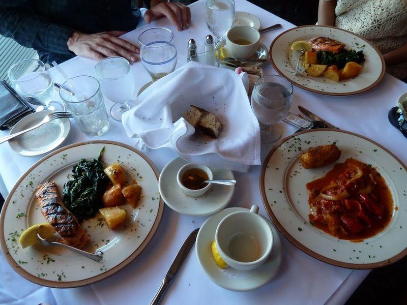 15. Говорить, что еда в США – говно, немного не правильно. В США много разнообразной еды, и вкусной и здоровой – тоже. Другое дело, что американцы обожают говно, ибо все самое вкусное обычно является самым большим говном. Вот пример вкусной здоровой пищи в итал ресторанчики в Тарри Тауне, нью-джерси. Правда конкретно эта форель была с интересным запашком) Зато какой кусок огромный!!!! Такой мутированной форели в россии точно не найдешь))