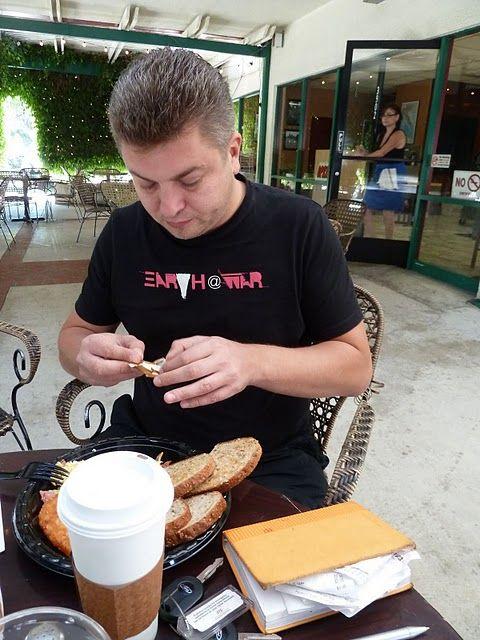 18. Ну а это, приятный русский худыш (по американским меркам) за американским завтраком.