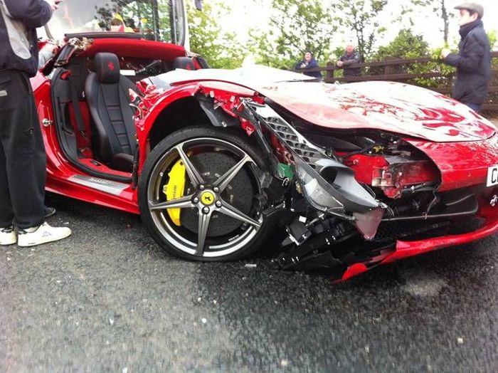 В Ирландии снесли крышу новой Ferrari 458 Italia (10 фото)