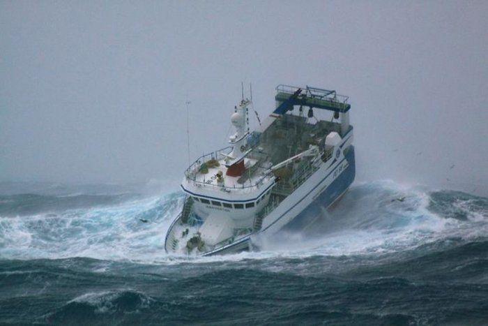 Корабль попал в сильный шторм (10 Фото)