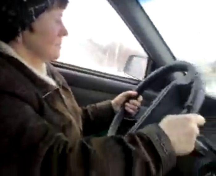 Бабулька из Рыбинска на 4-м занятии по вождению (видео)