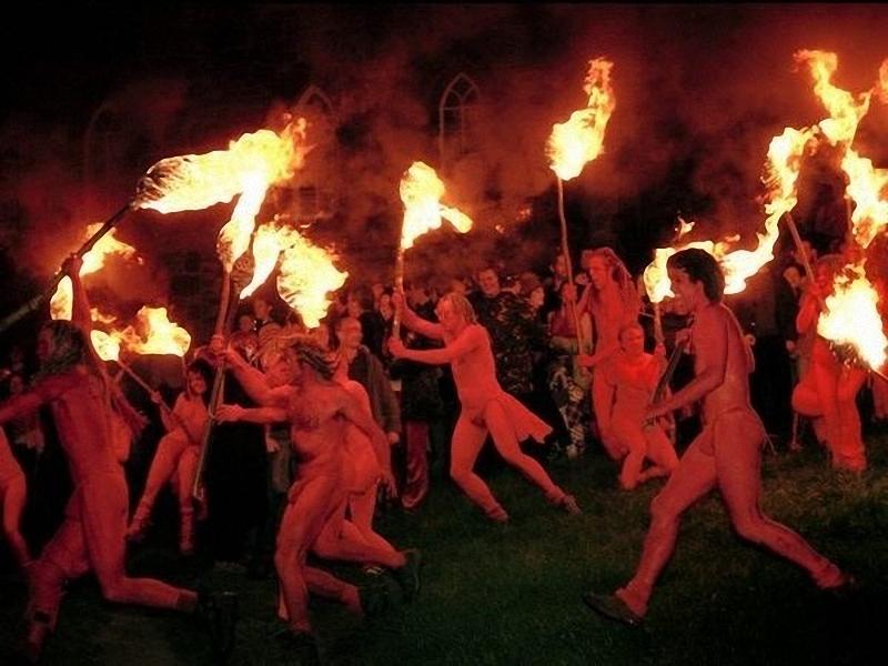 """Белтейн Фестиваль Огня, Шотландия. """"Кельты"""" с оголенными торсами поднимают факелы во время Фестиваля <br> огня Белтейн, рядом с Карлтон Хилл, в Эдинбурге. Эти ежегодные народные гуляния являются современным <br> возрождением древнего кельтского празднования прихода лета. (Jim Richardson)."""