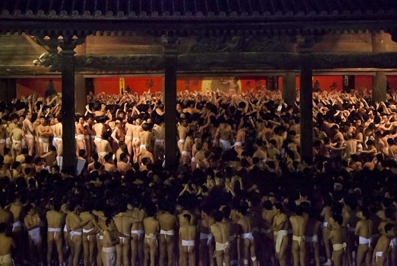 Праздник голых мужчин. Hadaka Matsuri (в буквальном смысле, праздник голого мужчины) в Окаяма, Япония, <br> является традиционным фестивалем, который празднуется уже 1200 лет. Снимок был сделан в зимний период, <br> температура около 9 градусов. Мужчины ныряют в ледяную воду, проходя обряд очищения. (Paul Whitton / My Shot).