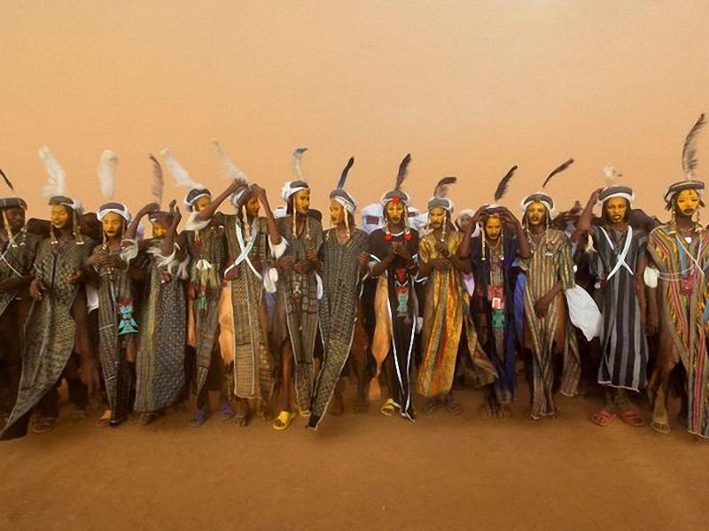 Gerewol Festival, Республика Нигер. В Западной Африке кочевники Wodaabe ежегодно чествуют свои представления о красоте во время праздника <br> Gerewol. Юноши привлекают к себе внимание жюри из женщин праздничной одеждой и традиционным танцем, называющимся Яке. Счастливый победитель <br> получает жену или возлюбленную. (Mike Hettwer).