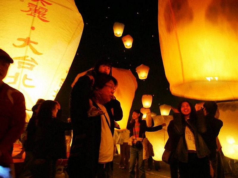 Фестиваль фонарей, Тайвань. Светящиеся фонари несут ввысь надежды и молитвы тайцев на новый год. Празднуется в первую ночь полнолуния <br> нового года. Ночь фонарей является традиционным праздником в Китае и на Тайване. И если его происхождение до сих пор неизвестно, фестиваль, <br> похоже, ждет впереди долгая жизнь – в последние годы во время праздника также проводятся фейерверки и световые шоу. (Wally Santana / AP).