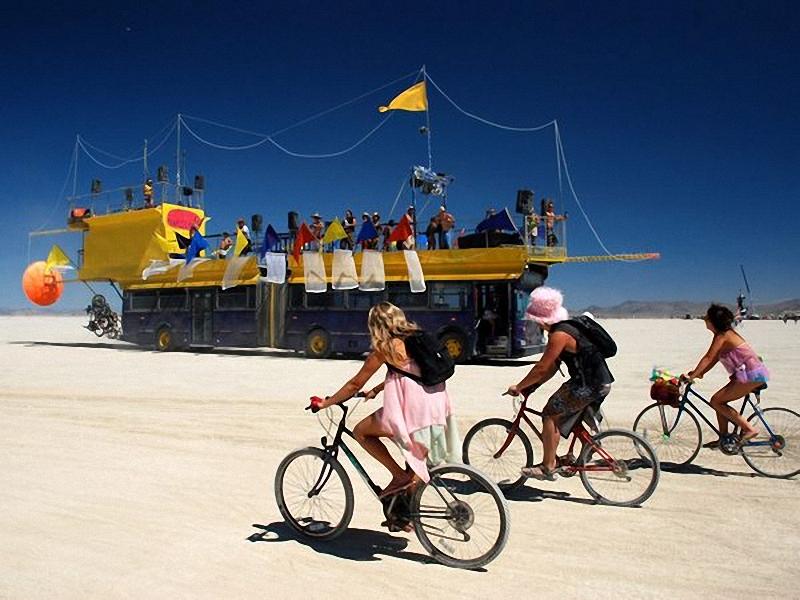 Burning Man, штат Невада. Яхта, которая «плавает» среди песка, является одной из достопримечательностей фестиваля Burning Man. Что из себя <br> представляет Burning Man? Поклонники этого ежегодного события говорят, что они должны принимать в нем участие для того, чтобы почувствовать <br> себя своеобразной общиной, постичь основы искусств и свободу выражения мнения. Фестиваль проводится раз в год посреди пустыни Black Rock, <br> штат Невада. (Mitch Horning, My Shot).