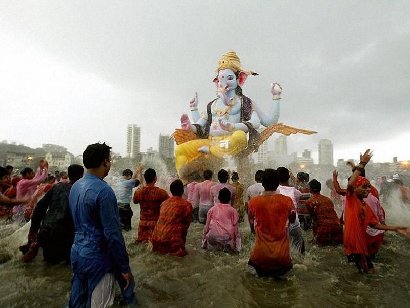 Ganesh Festival, Индия. Праздник Ganesh Chaturthi (длиною в 10 дней) отдает дань популярному индуистскому богу с головой слона. <br> Около 200.000 идолов бога Ганеши украшают в общественных местах и домах. Празднование достигает своего апогея, когда большие статуи <br> Ганеши погружают в Аравийское море для торжественных омовений. (Gautam Singh/AP).