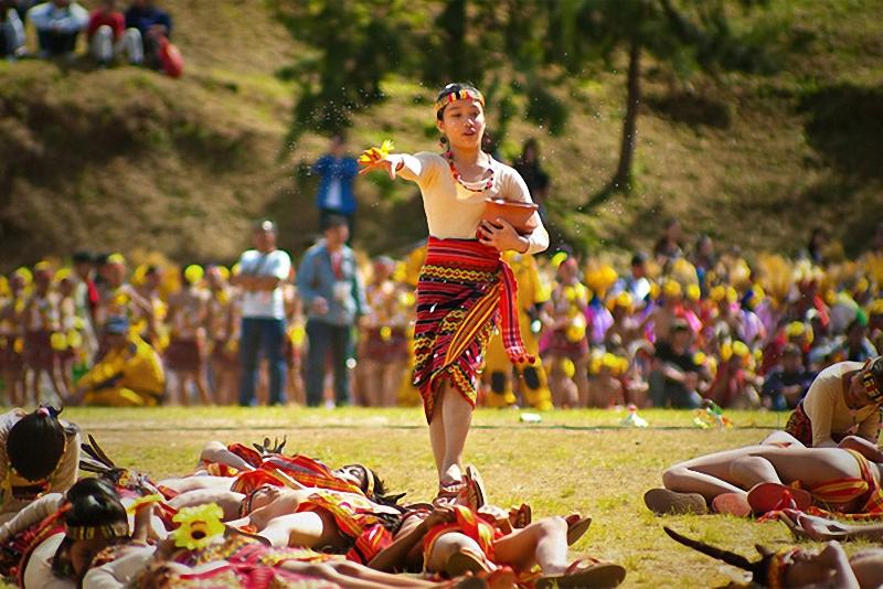 """Фестиваль цветов Panagbenga, Филиппины. Танцовщица разбрызгивает вокруг себя воду во время фестиваля цветов Panagbenga, который проводится <br> каждый год в феврале, в городе Багио, Филиппины. Panegbenga – термин, который буквально означает """"цветение"""". (Richard Balonglong)."""