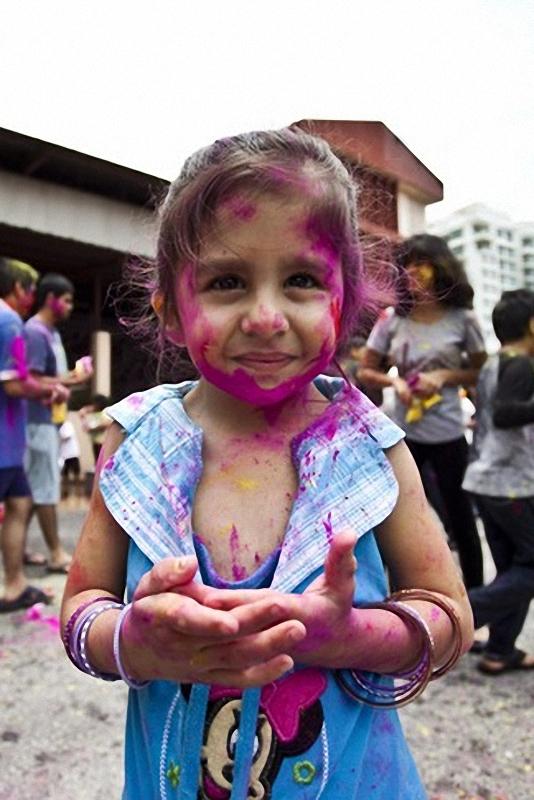 Холи фестиваль. Девочка, покрытая цветным порошком во время фестиваля Холи. Индуистские религиозные празднования, проводится каждый год в <br> Калуа-Лумпур, Малайзия. (Umar Roslan).