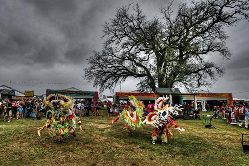 Фестиваль джаза и традиций Нового Орлеана. Шоу индейцев Houma на фестивале джаза и традиций в Новом Орлеане отличается исключительной красотой.<br> (Calb Izdepski).