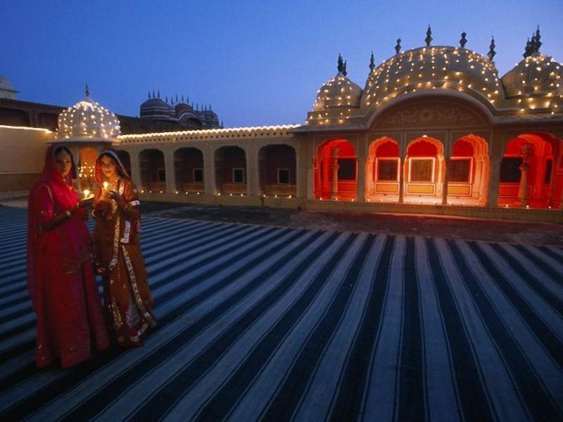 Diwalli, Фестиваль огней. В Джайпуре, столице индийского штата Раджастхан, люди со свечами в руках празднуют Дивали, индуистский праздник огней. <br> Этот фестиваль, длится пять дней и символизирует начало нового года и победу света над тьмой. (Joe McNally, National Geographic).