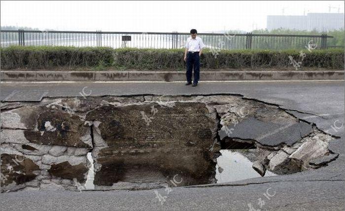 Китайский мост поглотил китайский грузовик (11 фото)