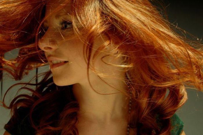 Девушек с огненное рыжим цветом волос