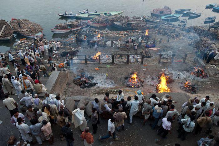 Как в Индии сжигают умерших (9 фото)