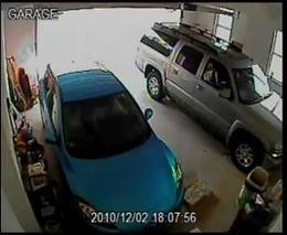 Женщина выезжает из гаража