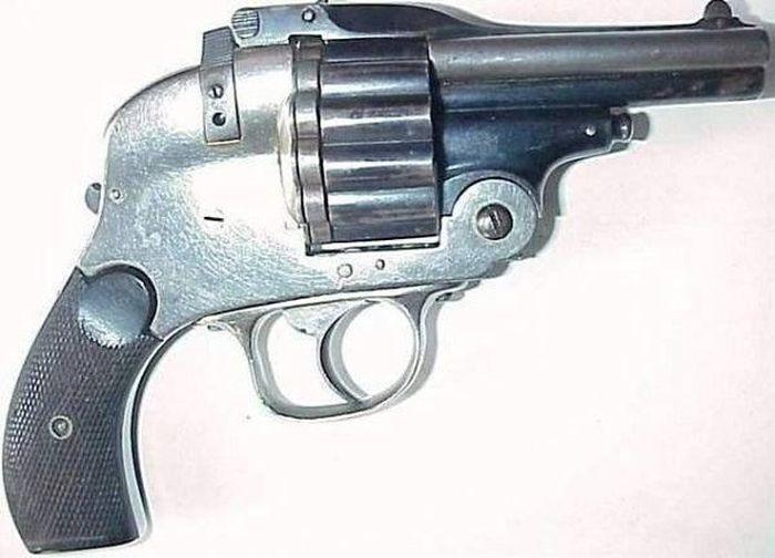 Очень опасный пистолет (3 фото)